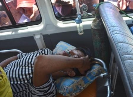 Sơ cứu và gắn máy thở oxi ngay trên xe cấp cứu để di chuyển vào Bệnh viện ĐK Quảng Ngãi.