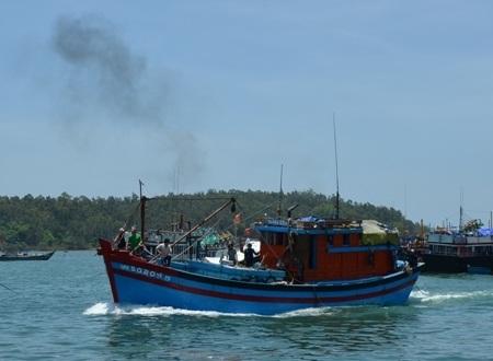 Tàu cá QNg 90205-TS khẩn trương đưa 2 ngư dân vào bờ cấp cứu