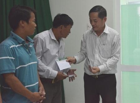Trao quà nhân ái đến 5 chủ tàu cá Lý Sơn và Bình Sơn đang hoạt động ở Hoàng Sa.