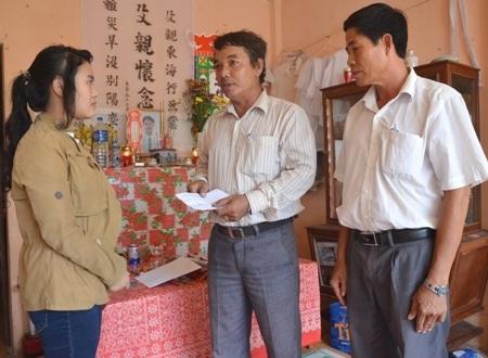 UBND xã và Nghiệp đoàn nghề cá xã An Vĩnh hỗ trợ gia đình ngư dân Trần Xuân Dương.