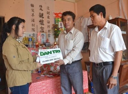 Chính quyền và Nghiệp đoàn nghề cá xã An Vĩnh đến viếng tang ngư dân Đặng Dùm.