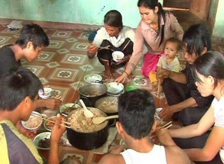 Người dân thiểu số H're (huyện Ba Tơ) thường có thói quen ăn cơm từ gạo ủ truyền thống.