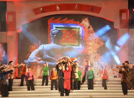 Bình Tây Đại nguyên soái Trương Định tuẫn tiết khi bị quân địch bao vây.