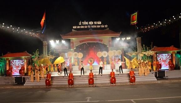 Toàn cảnh chương trình Lễ tưởng niệm 150 năm ngày anh hùng dân tộc Trương Định tuẫn tiết.