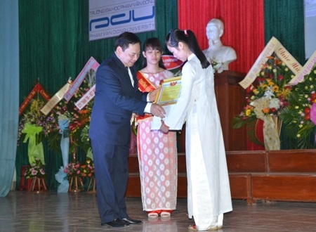 Hiệu trưởng Phạm Đăng Phước trao bằng khen đến thủ khoa Nguyễn Thị Bích Phượng.