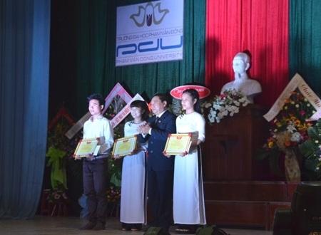 Nhà trường khen thưởng 3 tập thể có thành tích xuất sắc năm học 2013-2014.