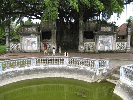 Khuôn viên đền Lưu Xá.