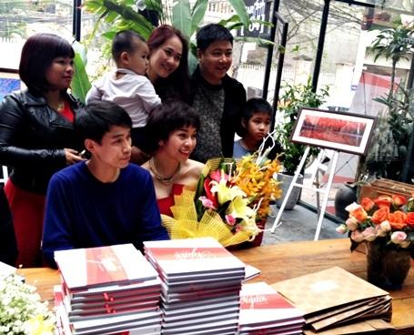 Tác giả ảnh Tác Anh (áo xanh) và tác giả Thùy Giang (bên cạnh)