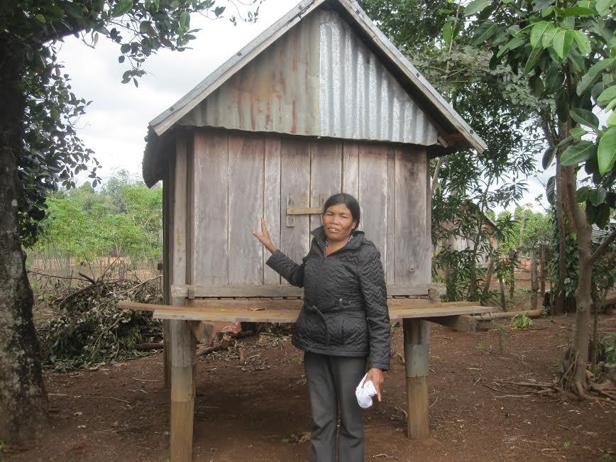 Bà Kueng bên Kho thóc tình thương của làng K'Tu.