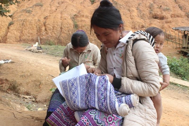 Độc đáo phong tục thêu váy đón Tết của thiếu nữ Mông