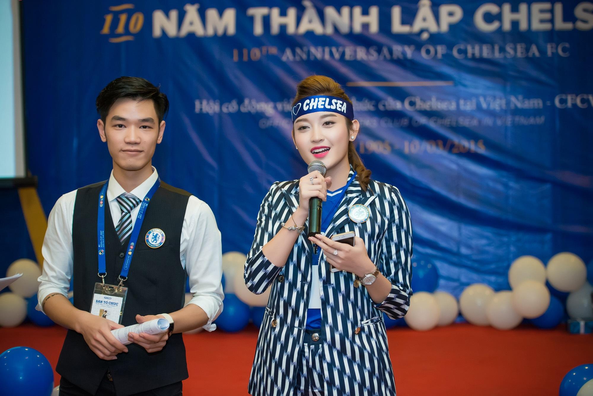 Tham gia buổi giao lưu về đội bóng yêu thích, Á hậu Việt Nam 2014