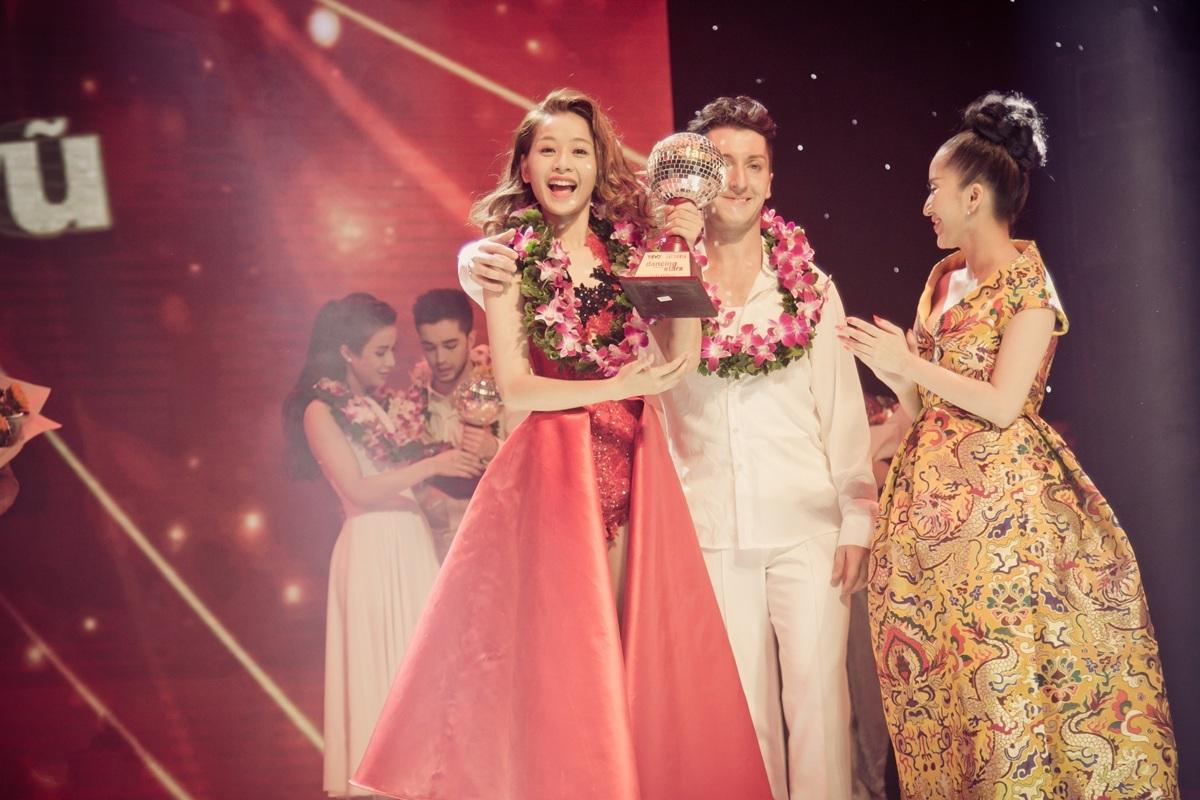 Nữ diễn viên tươi cười rạng rỡ khi nhận cúp từ tay giám khảo Khánh Thi