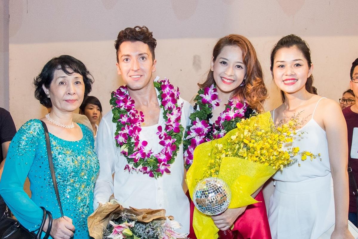 Đáng chú ý, mẹ và chị gái đã bay từ Hà Nội vào TPHCM