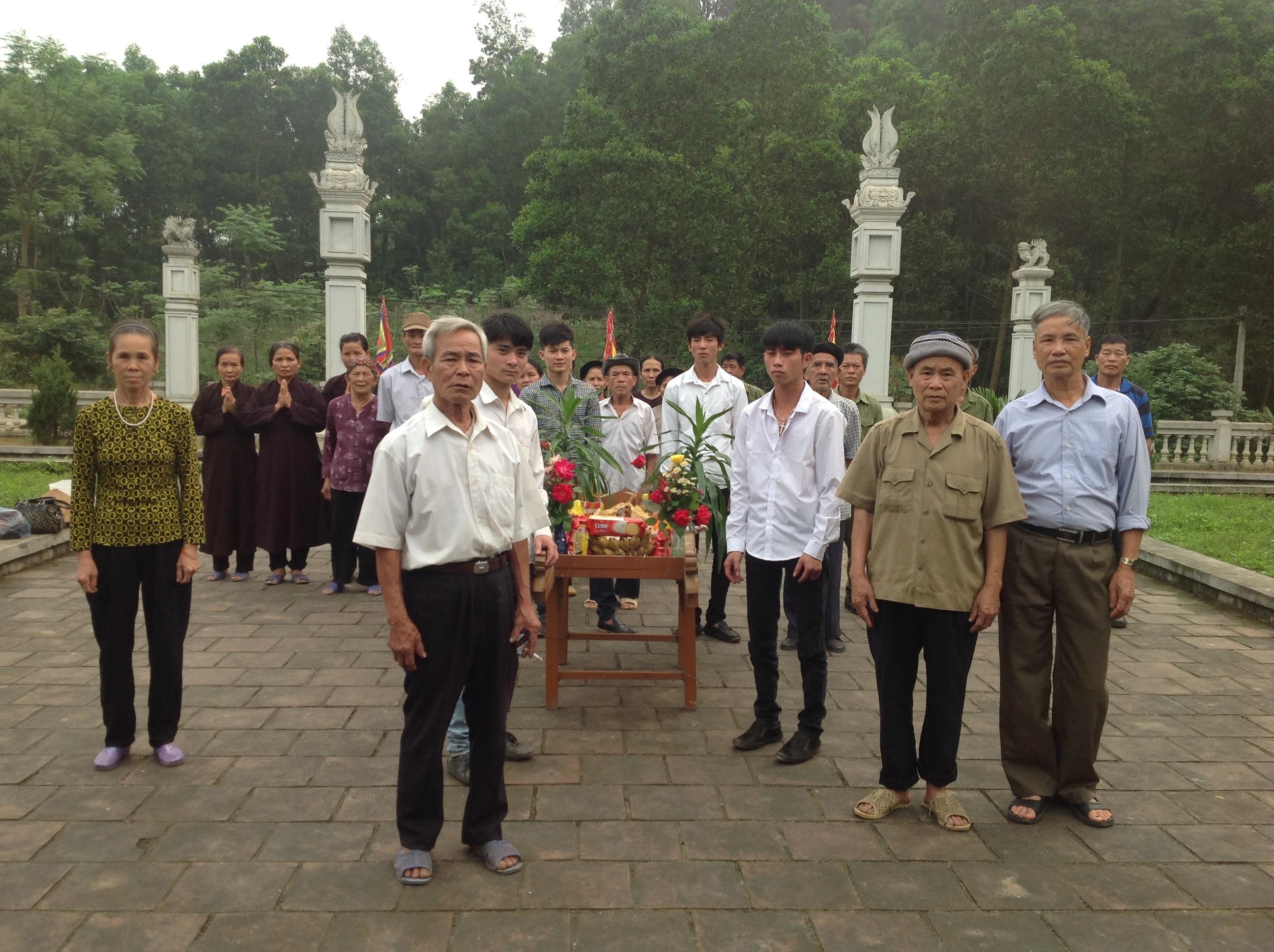 Bà con dâng lễ tưởng niệm vị Tể tướng Lưu Nhân Chú.