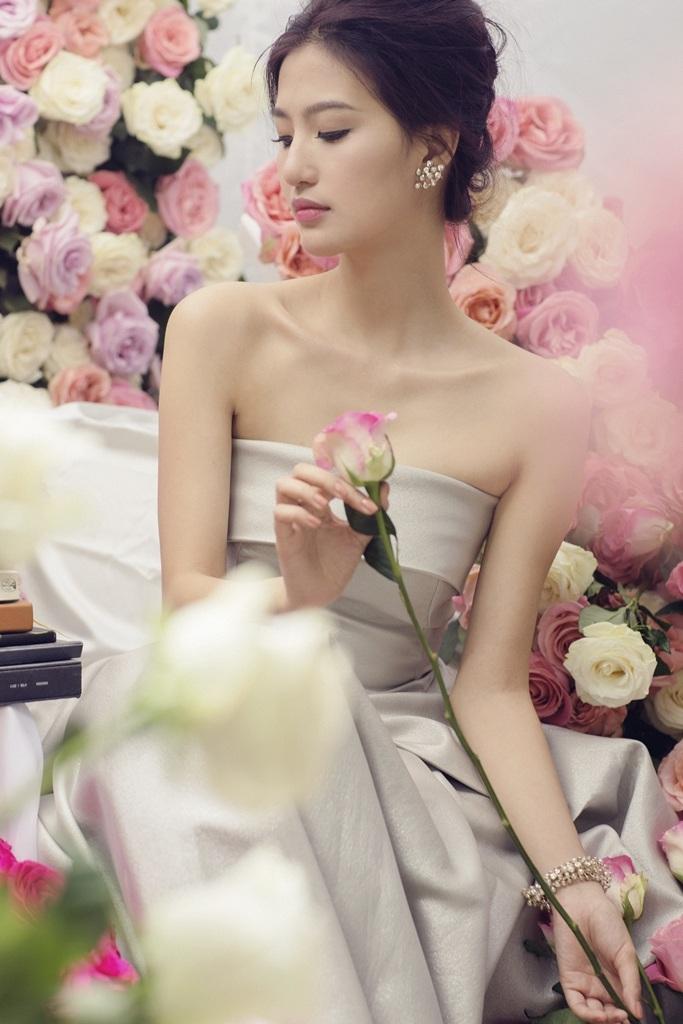 Linh vốn là một cô nàng yêu thích vẻ đẹp của hoa.