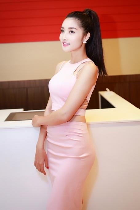 Sắc hồng nhẹ nhàng của bộ váy giúp tôn lên làn da trắng,