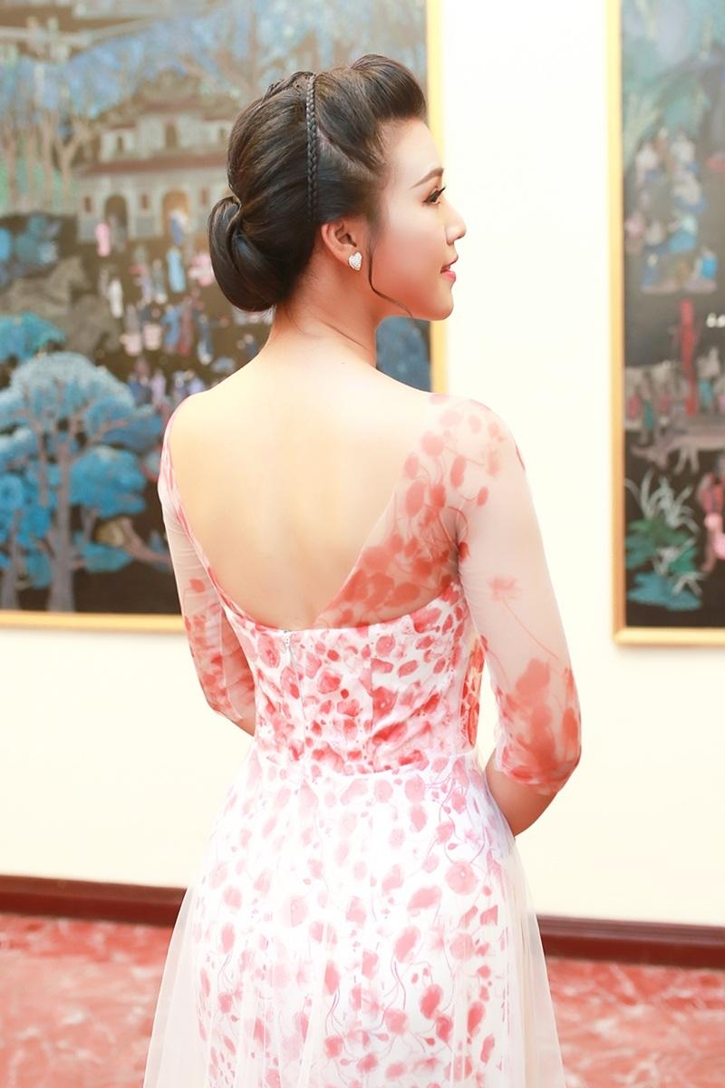 Cô diện bộ trang phục nữ tính khoe lưng trần gợi cảm.