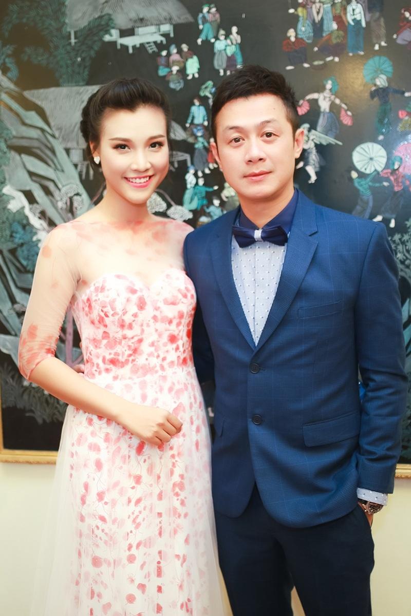 Tại sự kiện, Hoàng Oanh dẫn đôi cùng MC Anh Tuấn.
