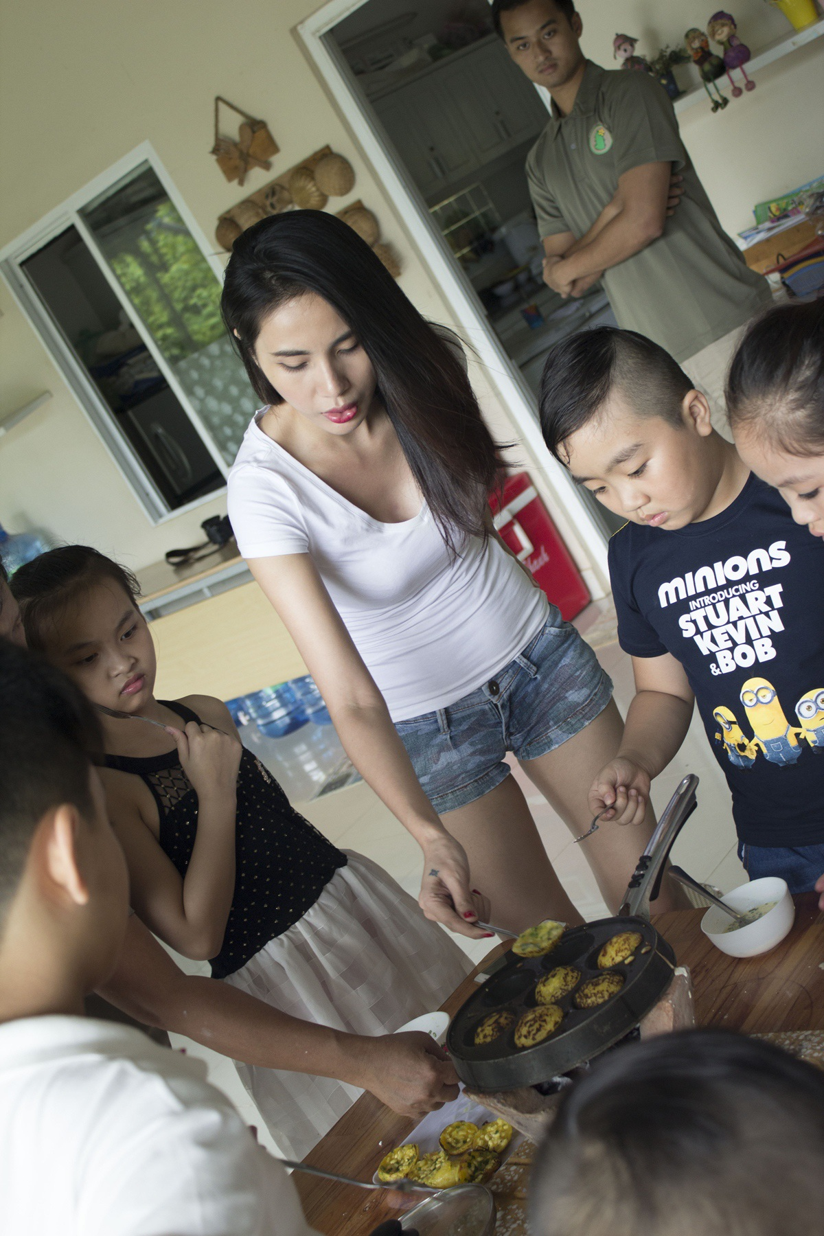 Mẹ của bé Bánh Gạo cũng trổ tài làm bánh trước mặt các học trò,
