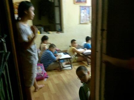 Một lớp học thêm mở tại nhà giáo viên với kiểu ngồi học độc nhất vô nhị.