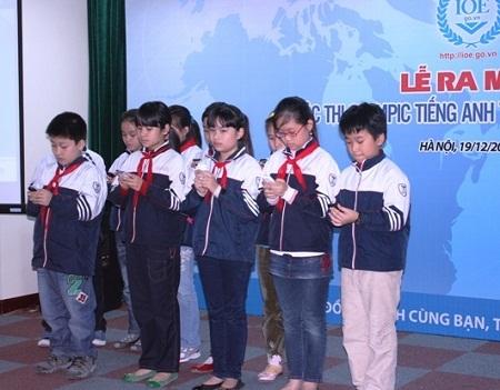 Học sinh Trường tiểu học Thực Nghiệm thử sử dụng điện thoại để tham dự cuộc thi.