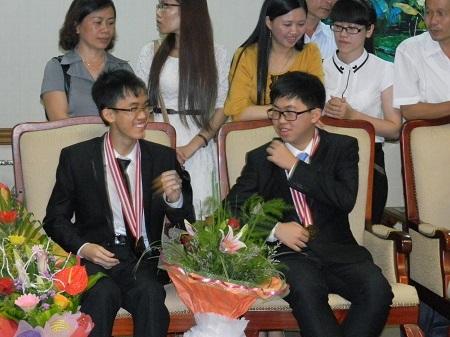 Ngô Phi Long (phải) và Bùi Quang Tú (trái) ở