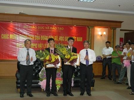 Khen thưởng hai học sinh giành H