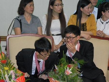 Phút trò chuyện của hai chàng trai vàng: Ngô Phi Long (phải) và Bùi Quang Tú (trái)