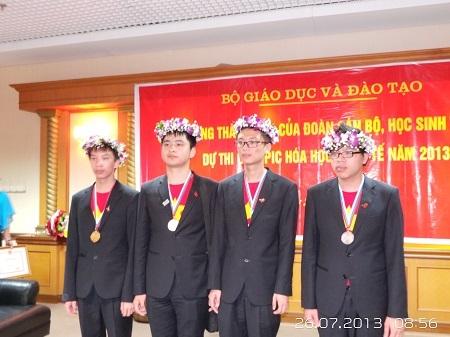 Những chàng trai mang thành tích vẻ vang về cho đoàn Việt Nam.