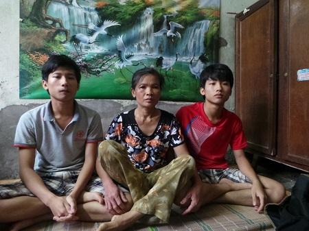 Nguyễn Hữu Tiến (áo xám) cùng mẹ và em trai