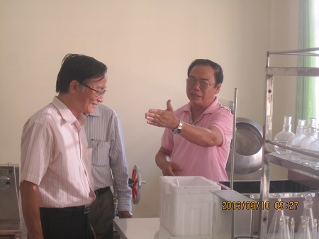 GS.TSKH.BS Phùng Đắc Cam trao đổi vớicác đồng nghiệp về hướng phát triển khoa Y dược.