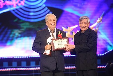 Nguyên Tổng Bí thư Lê Khả Phiêu traoGiải thưởng Khoa học Tự nhiên