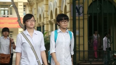 Những gương mặt đầy lo lắng khi kết thúc buổi thi môn Toán.