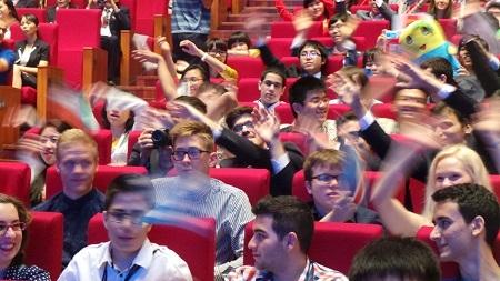 Bầu không khí náo nhiệt của học sinh quốc tế tại lễ khai mạc.