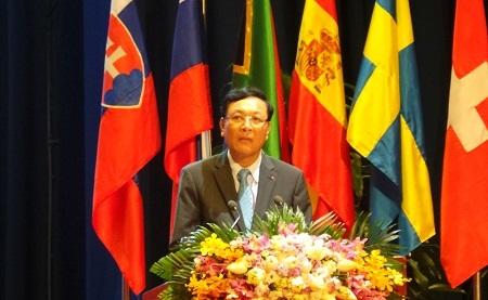 Bộ trưởng Bộ GD-ĐT Phạm Vũ Luận.