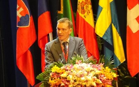 Chủ tịch Uỷ ban Olympic Hoá học quốc tế,GS Peter Wothers tạo sự vui vẻ với câu