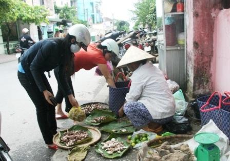Mùa nấm tràm trên đường phố Huế - 11