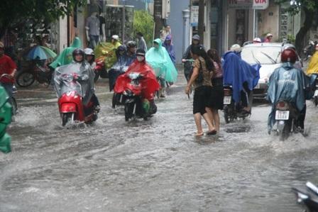 Đường phố Huế ngập trong trận mưa lớn - 1