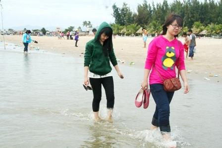 Hàng vạn người đổ về biển Long Hải đầu năm rồng - 10