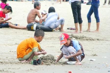 Hàng vạn người đổ về biển Long Hải đầu năm rồng - 11