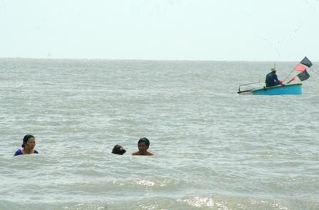 Hàng vạn người đổ về biển Long Hải đầu năm rồng - 15