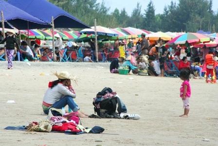 Hàng vạn người đổ về biển Long Hải đầu năm rồng - 16