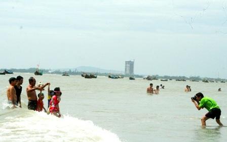 Hàng vạn người đổ về biển Long Hải đầu năm rồng - 12