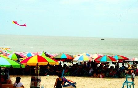 Hàng vạn người đổ về biển Long Hải đầu năm rồng - 2