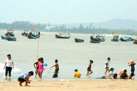 Hàng vạn người đổ về biển Long Hải đầu năm rồng - 17