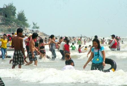 Hàng vạn người đổ về biển Long Hải đầu năm rồng - 13