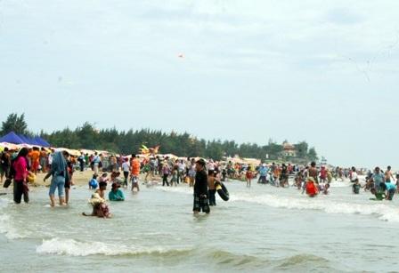 Hàng vạn người đổ về biển Long Hải đầu năm rồng - 14