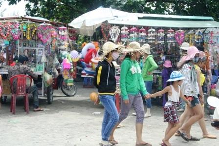 Hàng vạn người đổ về biển Long Hải đầu năm rồng - 6