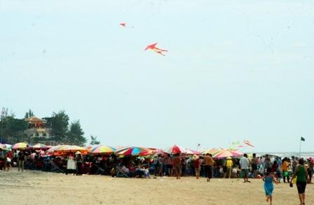 Hàng vạn người đổ về biển Long Hải đầu năm rồng - 4