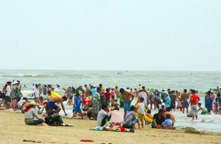 Hàng vạn người đổ về biển Long Hải đầu năm rồng - 1
